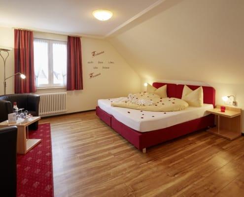 """gemuetliches geraeumiges zimmer im hotel lindenhof bei donaueschingen 495x400 - Offres spéciales """"Vacances en Forêt Noire"""" - Hotel Lindenhof"""