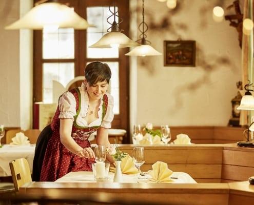 restaurant bei donaueschingen im schwarzwald gaststuben service 495x400 - Hotel Restaurant Lindenhof bei Donaueschingen im Schwarzwald